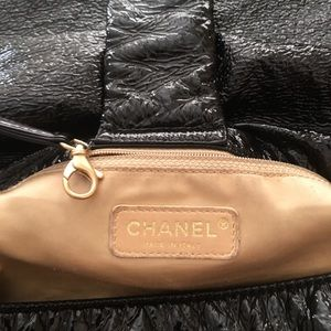 CHANEL Bags - GORGEOUS CHANEL XL HANDBAG!!!!!!